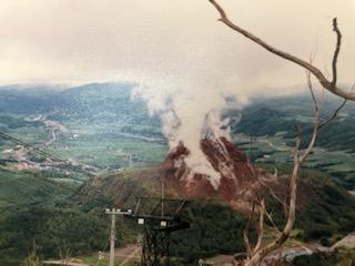 図5 有珠山頂上からの昭和新山