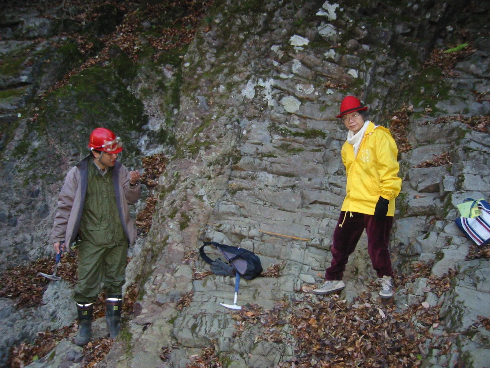 写真3 凝灰角礫岩に貫入した安山岩