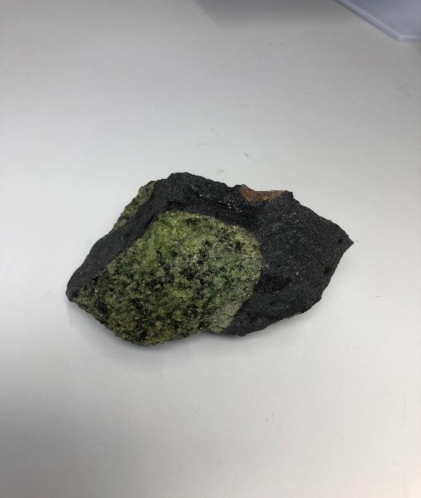 図4 玄武岩に捕獲されたカンラン岩